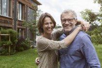 Портрет счастливой зрелой пары в саду — стоковое фото