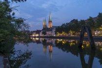 Deutschland, Lübeck, Altstadt und Fluss Trave in der Abenddämmerung — Stockfoto