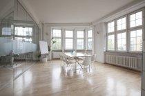 Leerer Sitzungssaal mit Flipchart und Glaswand — Stockfoto