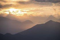 Italie, Bielmonte, Paysage de montagne au coucher du soleil — Photo de stock