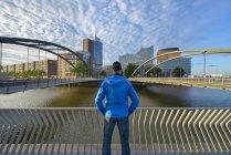Німеччина, Гамбург, людина дивиться до Niederbaum мосту з зв'яжуть філармонічний зал Ельби і Ганзейського торгового центру ранку — стокове фото