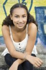 Portrait d'adolescente souriante porte haut — Photo de stock