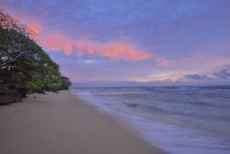 Sandy beach at surnrise. Oahu, Hawaii, USA, Pacific Islands, Pacific Ocean. — Stock Photo