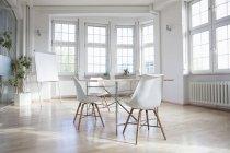Sala de reunião vazia com flipchart dentro de casa — Fotografia de Stock