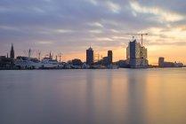 Germania, Amburgo, Veduta della riva settentrionale dell'Elba all'alba con l'Elba al tramonto — Foto stock