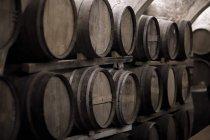 Linhas de barris de vinho na adega — Fotografia de Stock