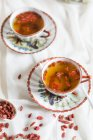 Duas xícaras de chá de jasmim verde com bagas de Goji secas — Fotografia de Stock