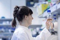 Jeune femme naturel scientifique travaillant au laboratoire de biologie — Photo de stock