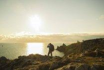 França, Bretagne, Camaret sur Mer, Maduro homem caminhadas na costa atlântica — Fotografia de Stock