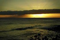 États-Unis, Hawaï, coucher de soleil sur l'eau — Photo de stock