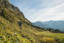 Тіроль, Австрія-Tannheimer-Таль, молода пара, Піші прогулянки — стокове фото