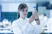 Jeune femme naturaliste travaillant au laboratoire de microbiologie — Photo de stock