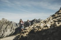 Österreich, Tirol, junges Paar wandert in den Bergen — Stockfoto