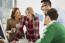 Чотири щасливі бізнесменів в сучасні офісні — стокове фото