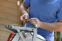 Молода людина, ремонт мотоцикла ендуро — стокове фото
