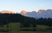 Німеччина, Баварія, верхній Баварії, Werdenfelser землі, Geroldsee озеро та Карвендель гори на заході сонця — стокове фото