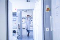 Cientista natural feminino que trabalha em laboratório de bioquímica — Fotografia de Stock