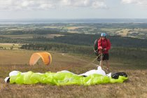 France, Bretagne, Finistere, man packing his paraglider — Stock Photo