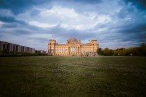 Allemagne, Berlin, Berlin-Tiergarten, Reichstag à la soirée — Photo de stock
