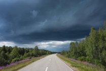Finlande, Laponie, route de Rovaniemi avec orage — Photo de stock