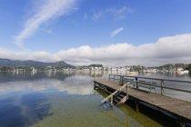 Austria, Upper Austria, Salzkammergut, Lake Traunsee, Gmunden with castle Ort — Stock Photo