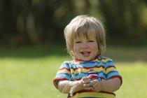 Portrait de petit garçon souriant à l'extérieur — Photo de stock