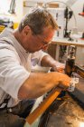 Saddler шьет радиоворотник для диких животных — стоковое фото