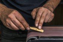 Messermacher in Werkstatt bei der Arbeit — Stockfoto