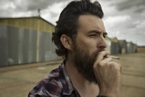 Hombre barba fumar cigarrillo - foto de stock