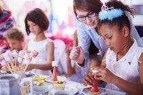 Filles à garnir de bonbons sur une fête d'anniversaire — Photo de stock