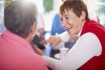 Beautiful senior Woman zeigt Smartphone an Freund — Stockfoto