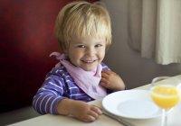 Портрет щаслива дівчинка, сидять в обіднього стола — стокове фото