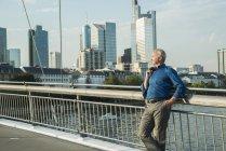 Allemagne, Francfort, homme d'affaires sur pont sur la rivière Main — Photo de stock