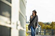 Femme marche avec dossier et téléphone portable — Photo de stock