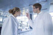 Молодий хіміків, які працюють в хімічної лабораторії — стокове фото