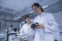 Deux techniciennes travaillant ensemble dans un laboratoire technique — Photo de stock