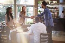 Люди привітання один одного на діловій зустрічі в ресторані — стокове фото