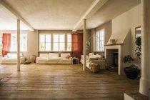Geräumiges Wohnzimmer mit Holzboden — Stockfoto