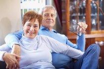 Porträt eines glücklichen Seniorenpaares zu Hause — Stockfoto
