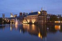 Нидерланды, Гаага, Бинненхоф ночью и зданий от воды — стоковое фото