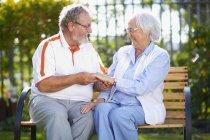 Feliz casal sênior no banco do parque — Fotografia de Stock