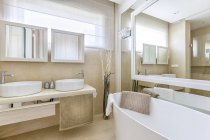 Luxury bathroom interior in Hill Park Apartments — Stock Photo