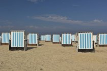 Пляжні шезлонги на піску в Мекленбурзі-Померанія, Німеччина — стокове фото