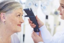 Augenarzt untersuchen senior Frau vision — Stockfoto