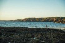 Surfer at the coast, France, Brittany, Camaret-sur-Mer — Stock Photo