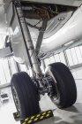 Польща, Гданськ міжнародного аеропорту, авіалайнер в ангар, деталі літаків — стокове фото