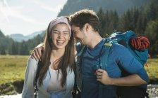 Austria, Tirolo, Tannheimer Tal, ritratto di una giovane coppia di escursionisti — Foto stock