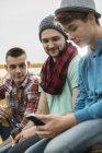 Група друзів із стільникового телефону на пікап — стокове фото