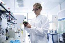 Jeune scientifique travaillant dans un laboratoire — Photo de stock