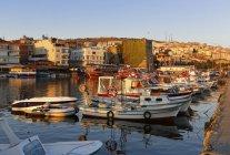 Turquie, région de la mer Noire, la Province de Sinop, Sinop, port de pêche et de la forteresse dans la lumière du soir — Photo de stock